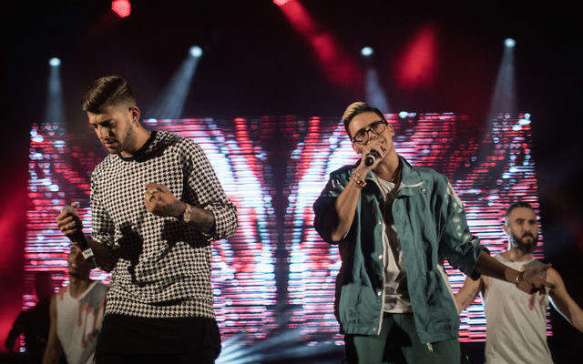 Israeli pop duo Static and Ben El performing at Hebrew University's Givat Ram Campus in Jerusalem, Oct. 25, 2017. (Hadas Parush/Flash90)