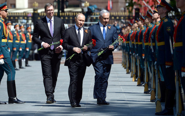 Russian President Vladimir Putin, center, with Israeli Prime Minister Benjamin Netanyahu, right, at a wreath laying ceremony at the Tomb of the Unknown Soldier in Moscow, May 9, 2018. (Amos Ben Gershom/GPO/Flash90)