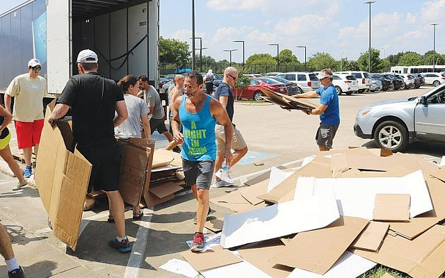 Clearing the hurricane debris in Houston.  (Jewish Federation of Greater Houston)