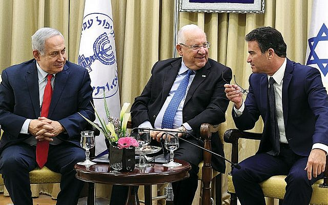 Prime Minister Benjamin Netanyahu, left, President Reuven Rivlin, and the head of the Mossad, Yossi Cohen, at an awards ceremony in Jerusalem to recognize 13 employees of Israel's intelligence agency on December 13, 2017. (Kobi Gideon/Wikimedia Commons)