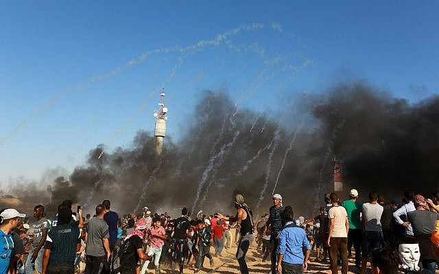 Palestinian protesters clash with Israeli security forces at the Gaza-Israel border, July 20, 2018. (Abed Rahim Khatib/Flash90)