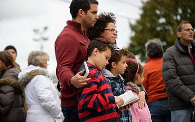 A Jewish family pauses in front of a memorial for victims of the mass shooting that killed 11 people at the Tree of Life synagogue in Pittsburgh, Oct. 29, 2018. (Jeff Swensen/Getty Images)