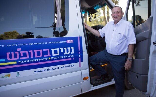 Tel Aviv Mayor Ron Huldai boards a minibus at the launch of the Shabbat public transportation program, Nov. 20, 2019. (Miriam Alster/Flash90)