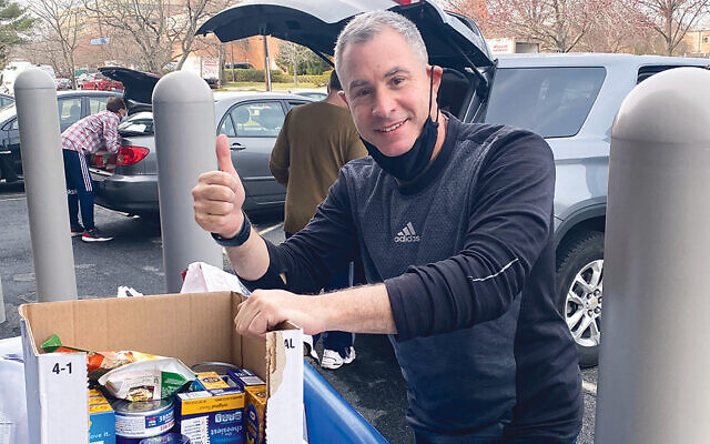 Brian Reich of Oakland packs food donations. (JFNNJ)