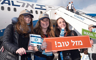 New Jersey olim Nicole Zweiter, center, and Kailee Shapiro, right, were among the group who landed in Israel on a Nefesh B'Nefesh aliyah charter flight. (Photos by Shahar Azran)