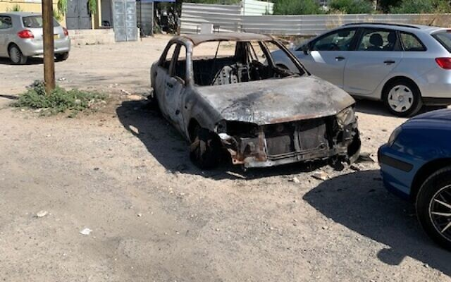A burnt car in Lod, May 27, 2021. (Lee Lasher)