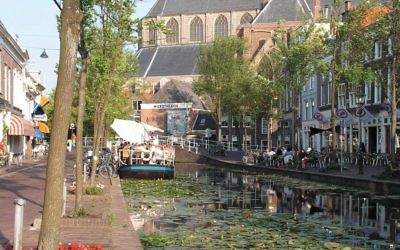 One of the picturesque canals that define Delft. Wikimedia Commons