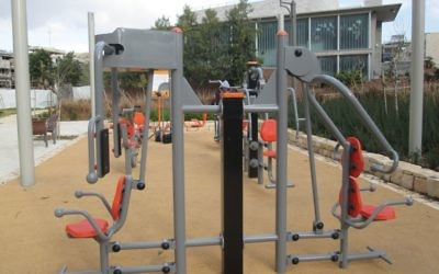 Thousands of free outdoor gyms are contributing to Israelis' improved fitness. Michele Chabin/JW