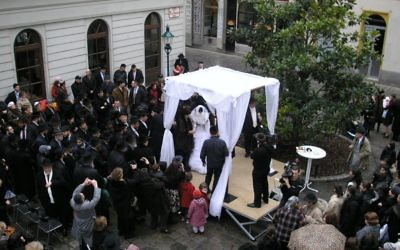 A couple gets married under a chuppah in Vienna. Wikimedia Commons/Gryffindor