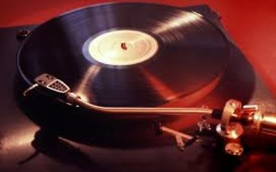 Vinyl record player. Wikimedia Commons