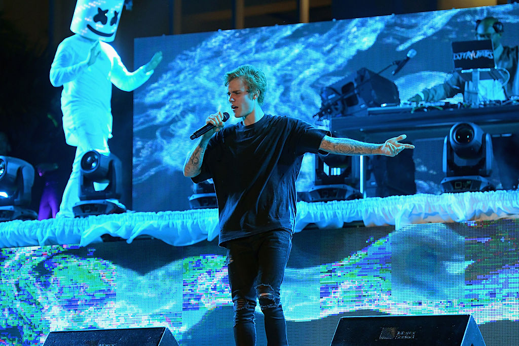 Justin Bieber Performs Poolside At Fontainebleau Miami Beachs New Years Eve Celebration At Fontainebleau Miami Beach