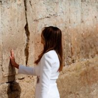 US First Lady Melania Trump visits the Western Wall, the holiest site where Jews can pray, in Jerusalems Old City on May 22, 2017.  / AFP PHOTO / POOL / RONEN ZVULUN        (Photo credit should read RONEN ZVULUN/AFP/Getty Images)