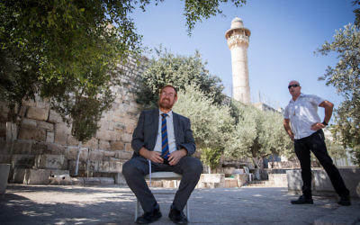 Likud lawmaker Yehuda Glick sitting outside the Temple Mount in the Old City of Jerusalem in protest on the ban on Knesset members visiting the site, Aug. 14, 2017. (Yonatan Sindel/Flash90)