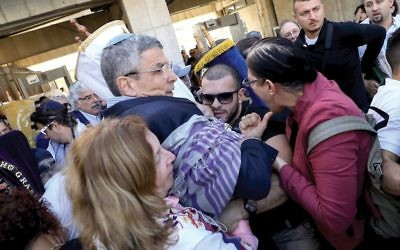 Rabbi Rick Jacobs, center, and other non-Orthodox Jews clashing with security guards at the entrance to the Western Wall plaza in Jerusalem, Nov. 16, 2017.  Noam Rivkin Fenton/Flash 90