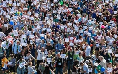 Shot of crowd holding up 'I'm a Cousin' signs at The Global Family Reunion in New York, June 6, 2015. Ryan Brown via Timesofisrael.com