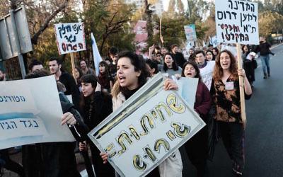 Students and teachers protesting against the deportation of African asylum seekers, in Tel Aviv, Jan. 24, 2018. (Tomer Neuberg/ Flash90)