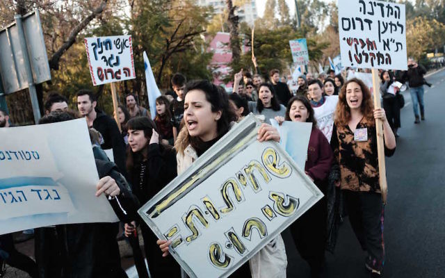 Students and teachers protesting against the deportation of African asylum seekers, in Tel Aviv, Jan. 24, 2018. (Tomer Neuberg/ Flash90)