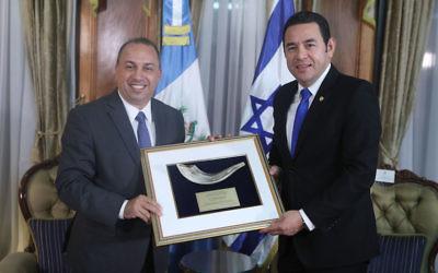 Guatemalan President Jimmy Morales, right, receiving an award from B'nai B'rith. (B'nai B'rith)