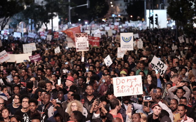 Thousands of African asylum seekers and human rights activists protest in Tel Aviv, Feb. 21, 2018. (Tomer Neuberg/Flash90)