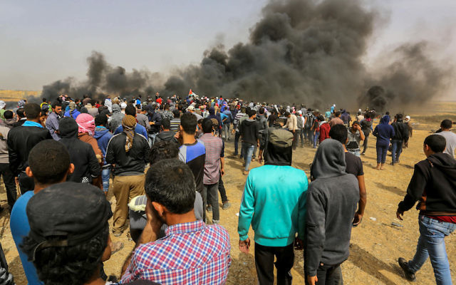 Palestinian protestors clashing with Israeli security forces on the Gaza-Israel border east of Khan Yunis, in the southern Gaza Strip, April 20, 2018. (Abed Rahim Khatib/Flash90)