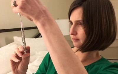 Carrie Bornstein of Boston prepares for an injection during her surrogate pregnancy for a British-Jewish couple living in London, 2017. Courtesy via Times Of Israel