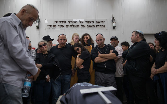 Family and friends at the funeral of 18-year-old Maayan Barhom at the Har Hamenuchot cemetery in Jerusalem, Friday, April 27, 2018. (Hadas Parush/Flash90)