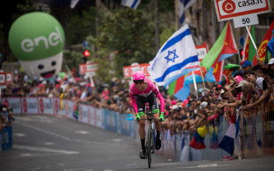 Hundreds of fans and supporters cheering as the Giro D'Italia, one of the most prestigious road cycling races in the world, begins in Jerusalem, May 4, 2018. (Yonatan SIndel/Flash90)
