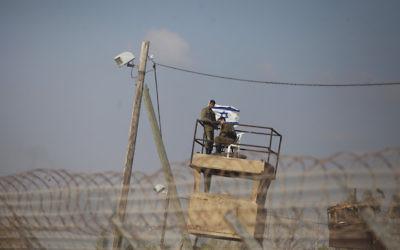 Israeli soldiers standing watch on the fields of Nahal Oz on the Israeli Gaza border, near the Gaza neighborhood of Shajaiya, May 15, 2018. (Lior Mizrahi/Getty Images)