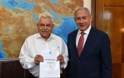 Former government minister Moshe Nissim presents final conversion report and recommendations to Prime Minister Benjamin Netanyahu on June 3, 2018. (Kobi Gideon/GPO)