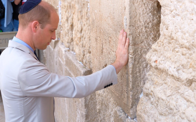 Prince William, Duke of Cambridge, visits the Western Wall in Jerusalem's Old City, June 28, 2018. (Flash90)