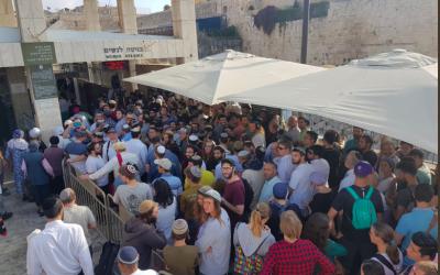Visitors lining up to enter the Temple Mount on Tisha B'av. Twitter/Yehuda Glick