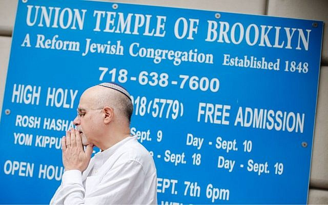 Rabbi Mark Sameth gestures as he thanks members of the Brooklyn Jewish community while NYPD officers stand guard at the door of the Union Temple of Brooklyn on November 2, 2018 in New York City. - New York police were investigating anti-Semitic graffiti found inside a Brooklyn synagogue that forced the cancellation of a political event less than a week after the worst anti-Semitic attack in modern US history. Getty Images