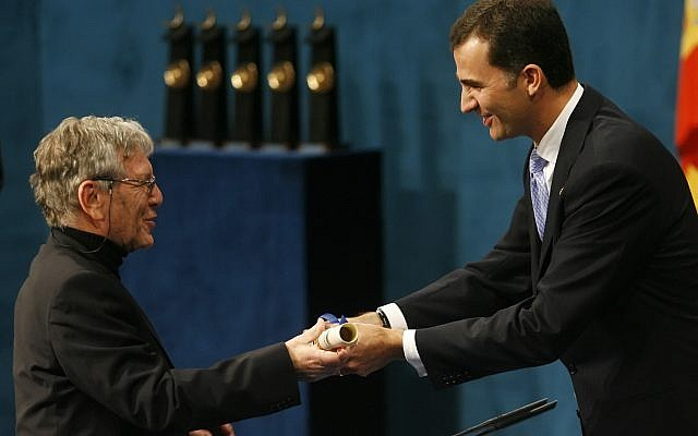 Israeli author Amos Oz (L) receives the Prince of Asturias Award Laureate for Letters from Spain's Prince Felipe during a ceremony at the Campoamor Theater in the northern Spanish city of Oviedo,  26 October 2007. Getty Images