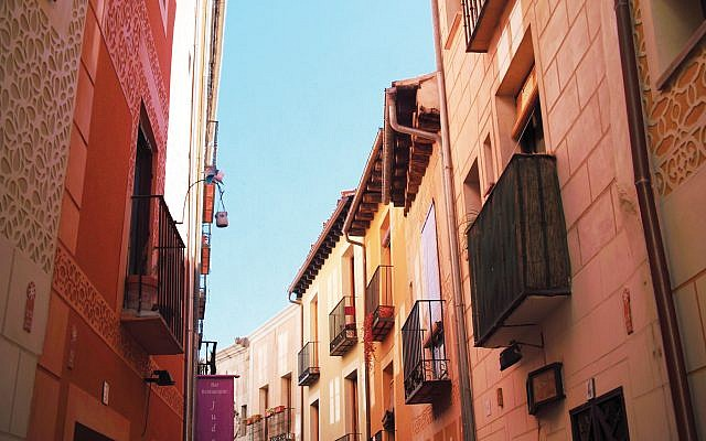 Juderia Street in Segovia. Photos by Wikimedia Commons
