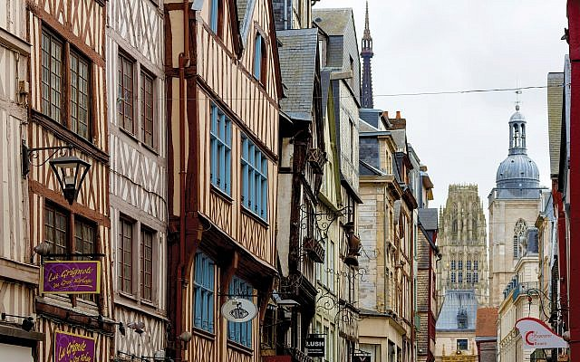 The timber facades in Rouen give the town its distinctive aura. Below, the Gros-Horloge (Huge Clock). Photos by Wikimedia Commons