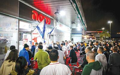 Israelis line up outside Rami Levy supermarket in Ashdod last Saturday. (Flash90)