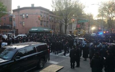 Hundreds of Orthodox Jews attend a funeral in Brooklyn on April 29, 2020. (Reuven Blau/Twitter)