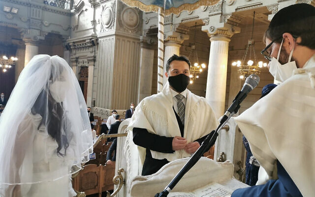 Rabbi Menachem Lazar, right, officiates at the wedding of Marco Del Monte and Elinor Hanoka at the Great Synagogue of Rome, June 7, 2020. (Courtesy of Chabad Piazza Bologna)