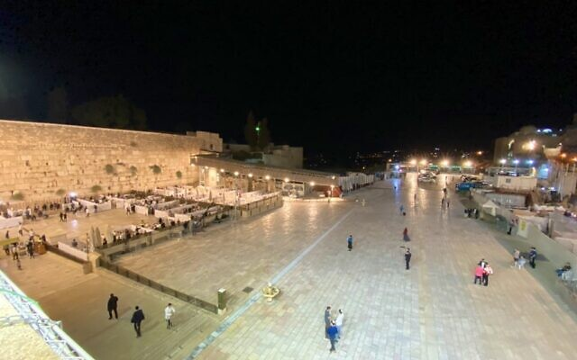 The Western Wall plaza, usually crowded on the eve of Yom Kippur, was nearly empty Sunday evening, Sept. 27, 2020, as Israelis heeded Health Department regulations about gathering during the Covid-19 pandemic. (Twitter)