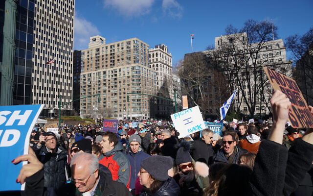 An estimated 25,000 people protest the rising number of anti-Semitic hate crimes in the city at a rally that began in the plaza in front of City Hall, Jan. 5, 2020. (Jewish Week)
