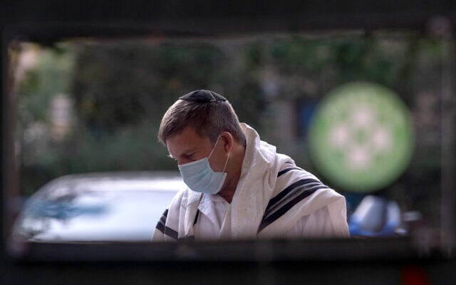 An Orthodox Jewish man wearing a mask prays at an outdoor Yom Kippur service on New York City's Upper West amid the coronavirus pandemic, Sept. 28, 2020. (Alexi Rosenfeld/Getty Images)