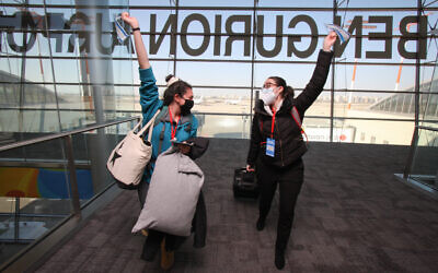 Two of the 3,168 people who moved to Israel from North America last year arrive at Ben-Gurion Aiprort, Dec. 30, 2020. (Yonit Schiller)