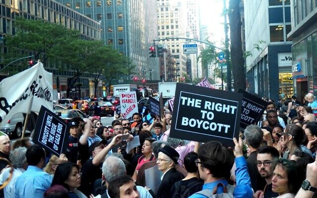 Demonstrators protest against a law that bars the state from investing in companies that support boycotts of Israel, New York City, June 9, 2016.  (2016 Mark Apollo/Pacific Press/LightRocket via Getty Images)