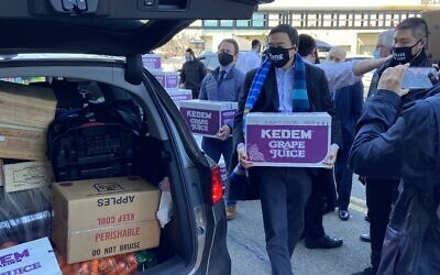 Andrew Yang was one of seven  NYC mayoral candidates helping  distribute Passover food to the needy through Met Council at UJO Williamsburg, Brooklyn Navy Yard, March 21, 2021. (Met Council)