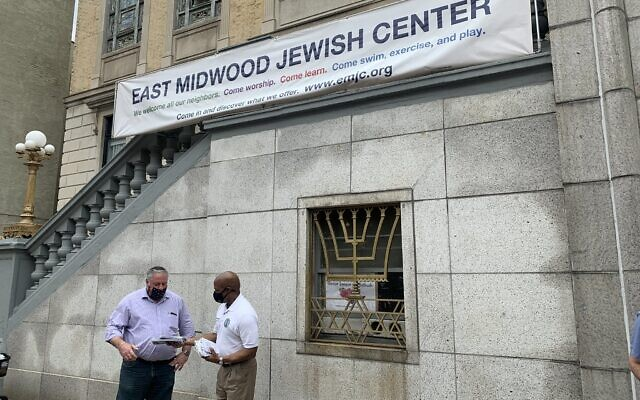 Brooklyn Borough President Eric Adams distributes masks outside the East Midwood Jewish Center, June 5, 2020. (Eric Adams Flickr)