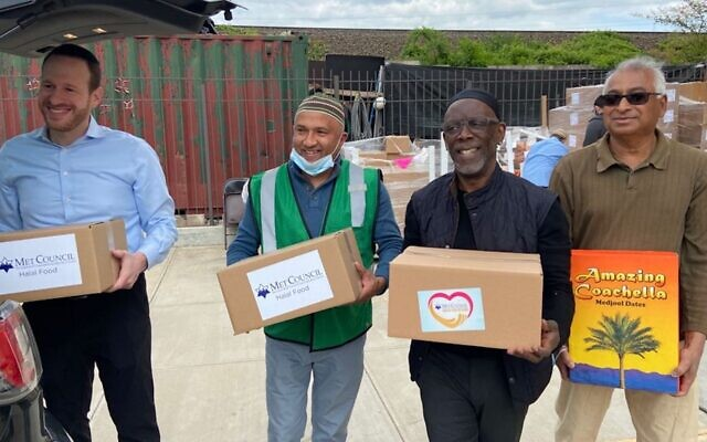 David Greenfield, chief executive officer of Met Council, left, and local Muslim leaders help distribute over 1,500 boxes of halal food to New York City mosques. (Met Council)