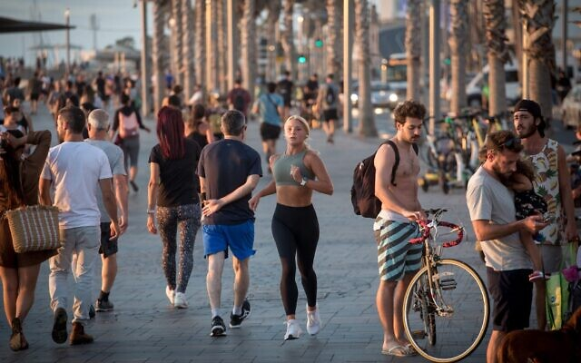 OPENING UP: Israelis gather near the beach in Tel Aviv, May 18, 2021. Israel announced it will end its coronavirus restrictions on businesses and allow small groups of foreign tourists to visit within weeks in the wake of the world's quickest vaccination program. (Miriam Alster/Flash90)