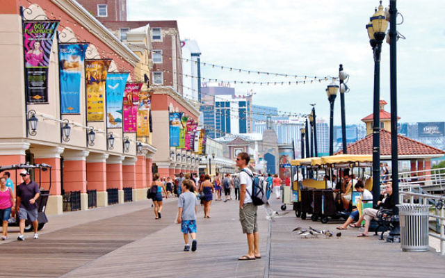 Atlantic_City_Boardwalk_view_north_near_Tropicana_Casino.jpg