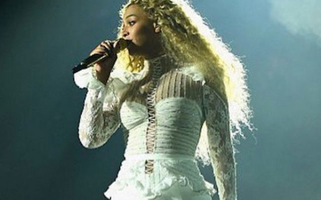 Beyonce on stage in an Inbal-Dror dress during a performance in Houston, Texas, May 7, 2016. (Screenshot from Twitter)
