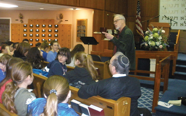 Tzedakah advocate and poet Danny Siegel addressed members of Congregation Neve Shalom in Metuchen in 2015. Photo by Debra Rubin